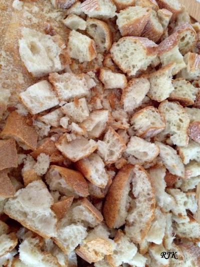 El pan lo cortas en pedazos pequenos