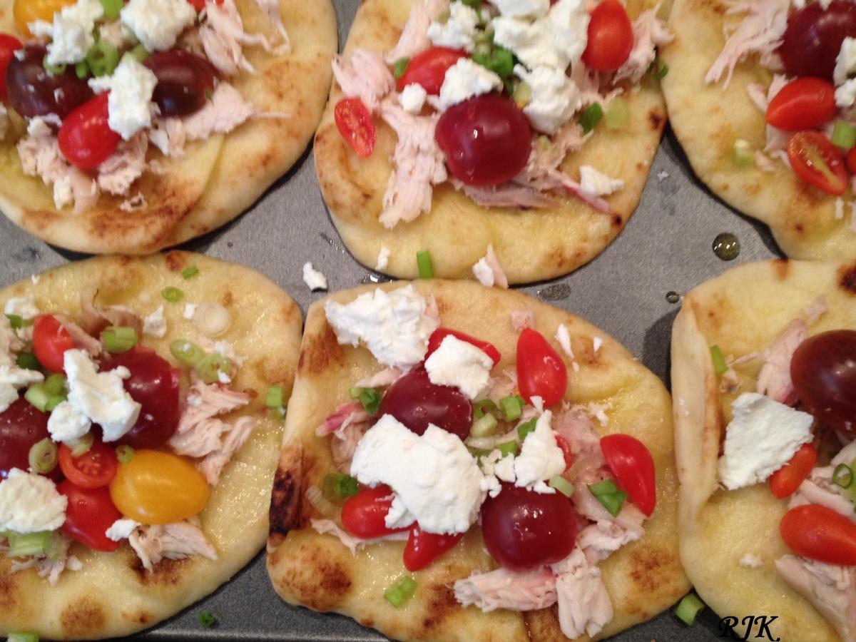 piza individual con tomates y pollo
