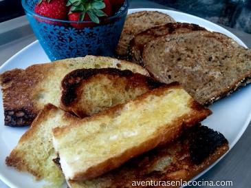 El pan tostado se puede servir acompañado de fruta de la temporada.