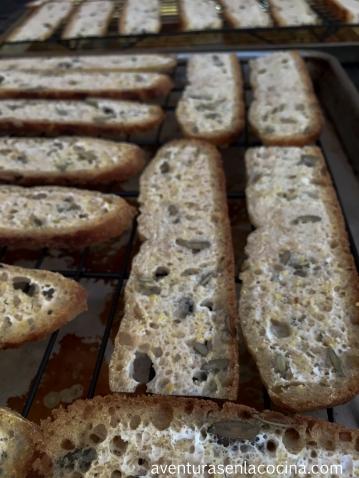Las rebanadas de pan se hornean a 350F por unos 20 minutos.