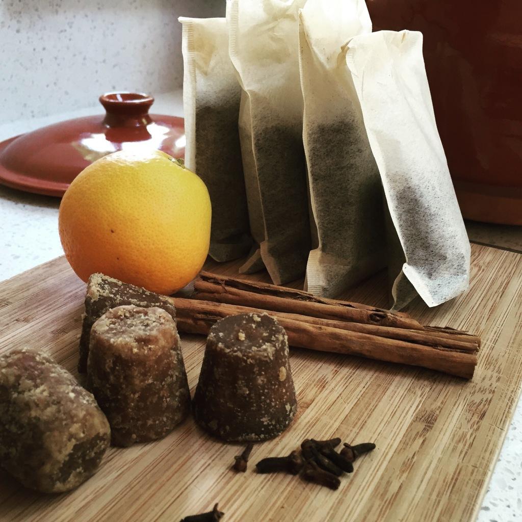 Cafe de olla con piloncillo, naranja y canela