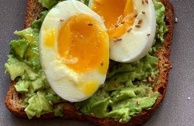 desayuno tostada de aguacate y huevos