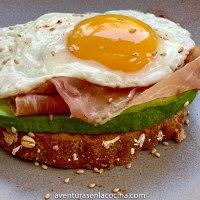 Tostada de aguacate con prosciutto y huevo