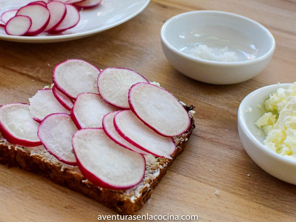 tostada de pan con rábano I aventuras en la cocina