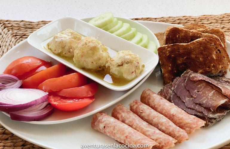 Plato de carnes frias para desayunar - Aventuras en la cocina