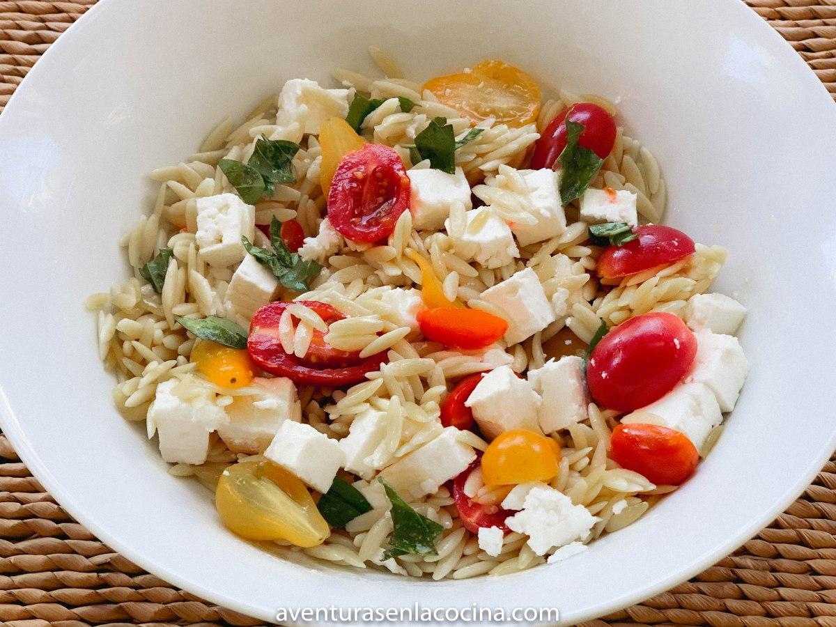Ensalada de pasta, tomates y feta