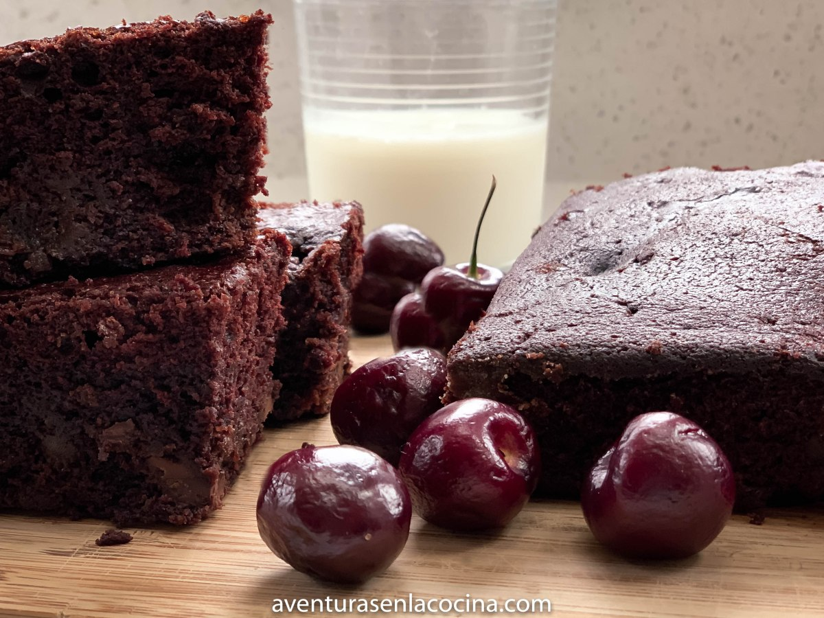 Pastel chocolate con cerezas