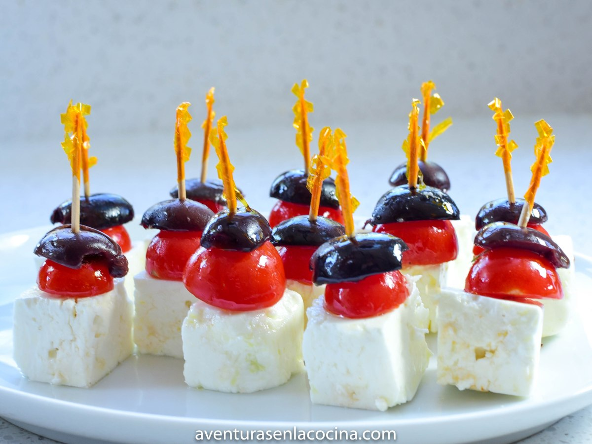 Botana de queso, tomate y aceituna